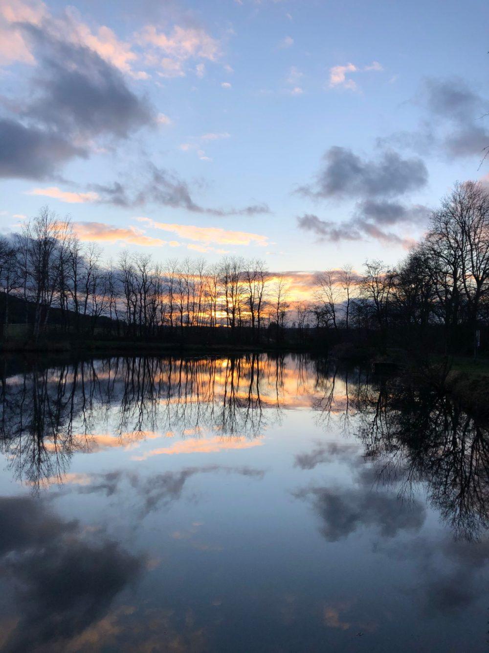 Sonnenuntergang im Spiegel eines Weihers