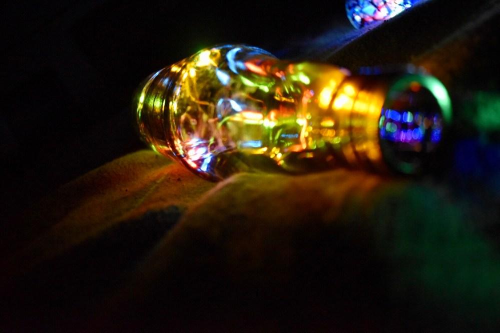 Flaschenlampe leuchtet durch eine Lichterkette im Dunkeln