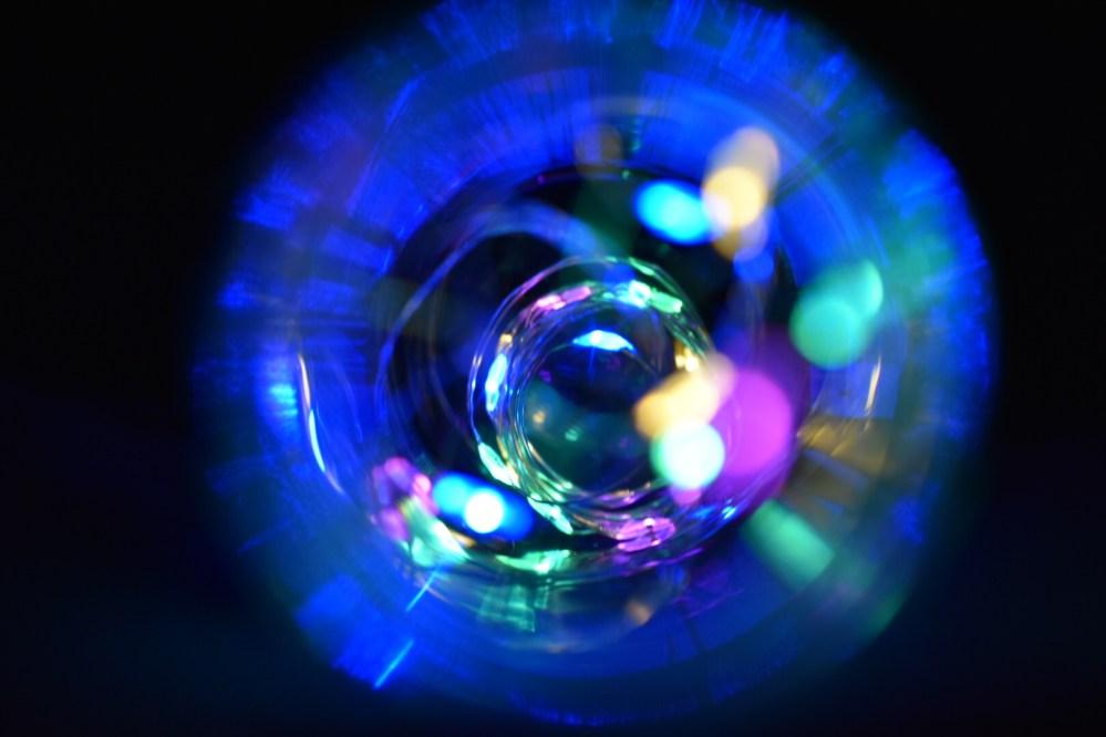 Bunte Lichteffekte in der blau leuchtenden Flasche