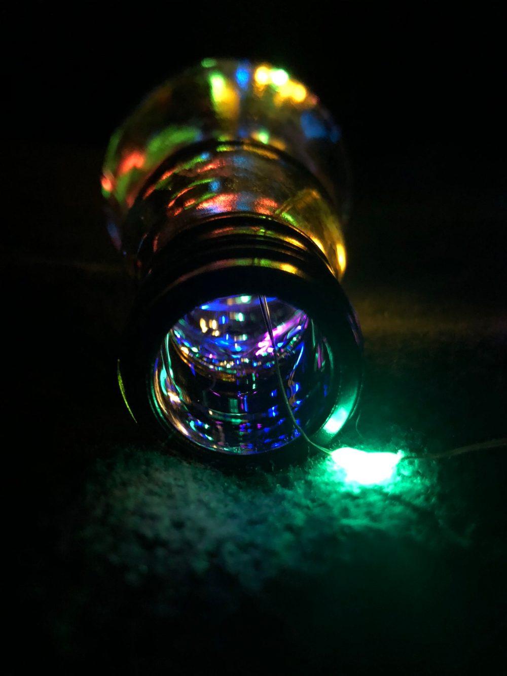 Leuchtende Lichterkette in einer Glasflasche