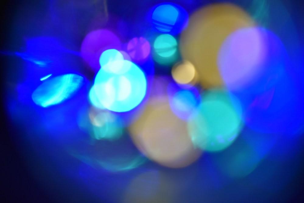 Bläuliche Lichtpunkte
