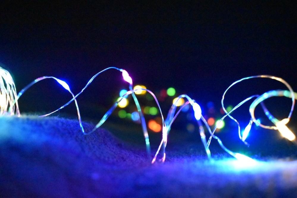 Spiralförmige leuchtende Lichterkette im Dunkeln