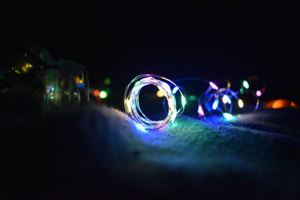 Gerollter Draht mit LEDs erstrahlen in der Dunkelheit