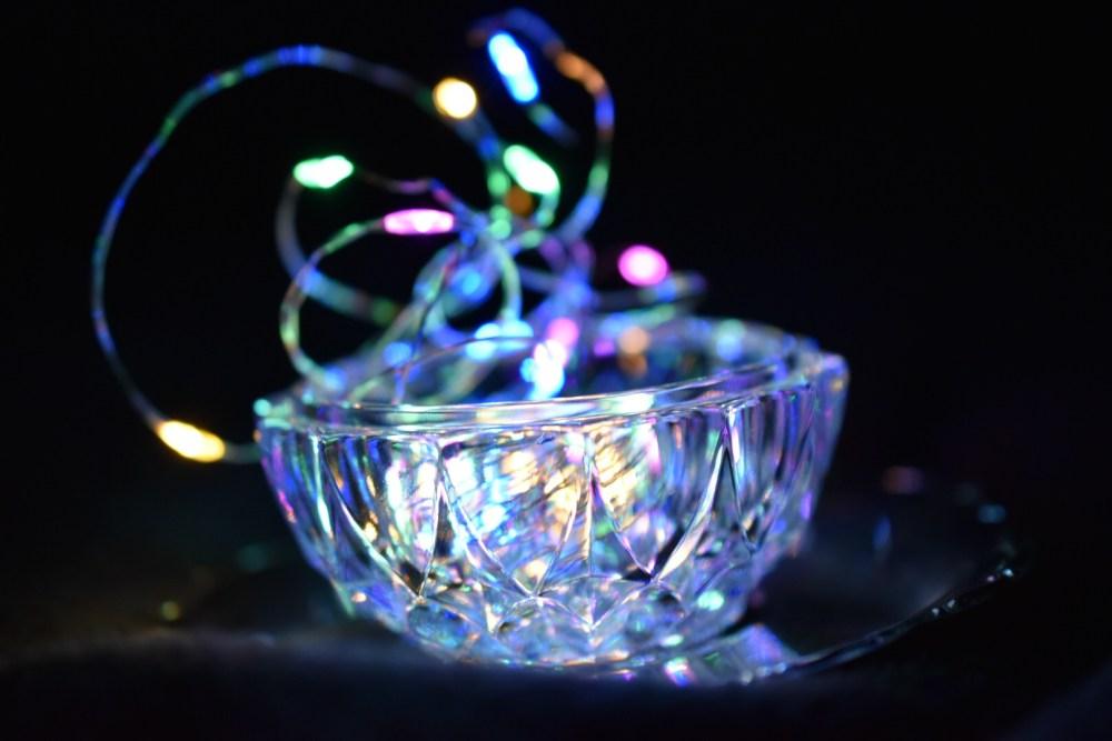 Herausragende Lichterkette aus einem offenen Glasgefäß