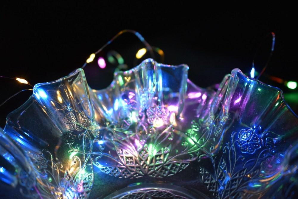 Lichterkette strahlt durch eine Glasschüssel durch