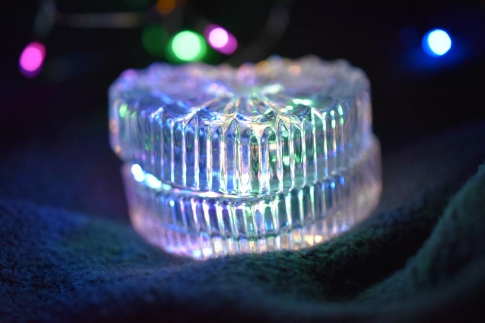 Herzförmiges leuchtendes Glasgefäß mit einer Lichterkette drinnen
