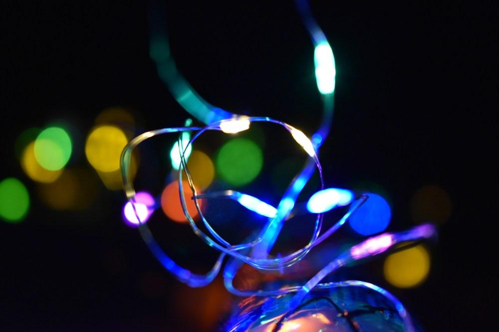 Leuchtendes Lichterketten Wirrwarr