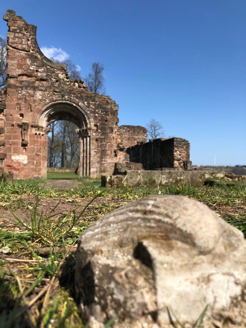 Jakobsmuschel vor dem ehemaligen Portal der Kirche des Klosters Wörschweiler