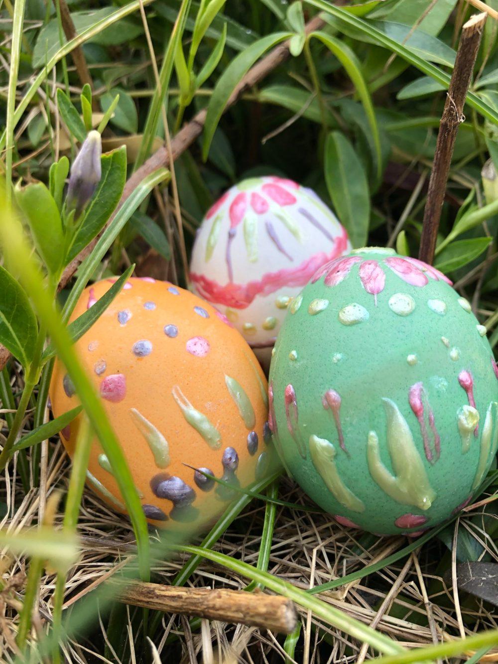 Bunte bemalte Eier in der Natur