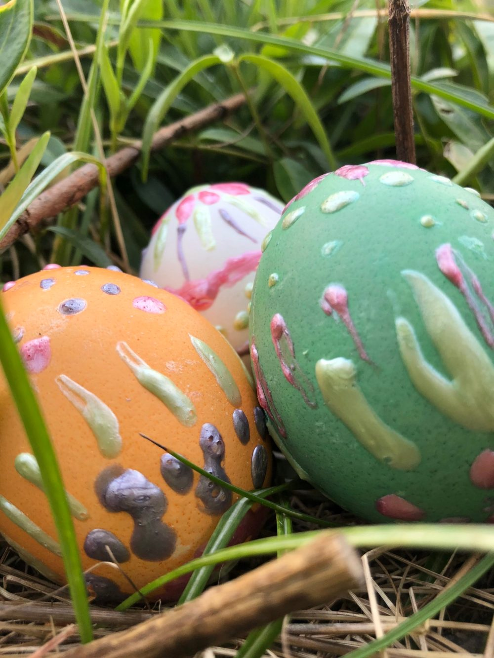 Drei bemalte Eier durch die Nahaufnahme fotografiert