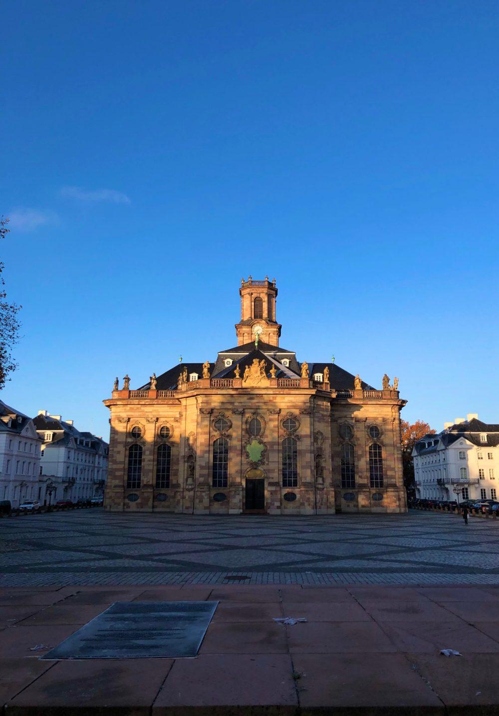 Von der Sonne angestrahlte Ludwigskirche am Morgen