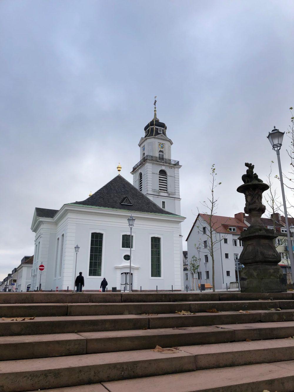 Treppen vor der Friedenskirche