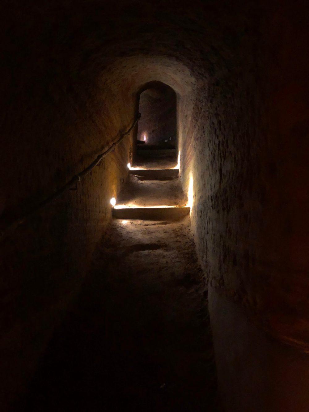 Treppe zu einer höheren Ebene der Schlossberghöhlen