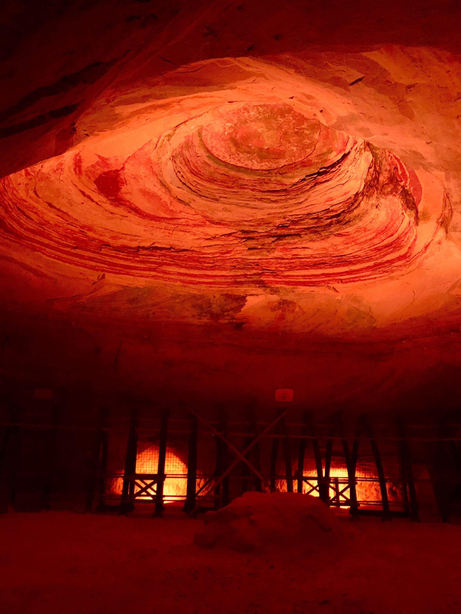 Beleuchteter Thronsaal, bearbeitet mit Erhöhung der Sättigung und Wärme