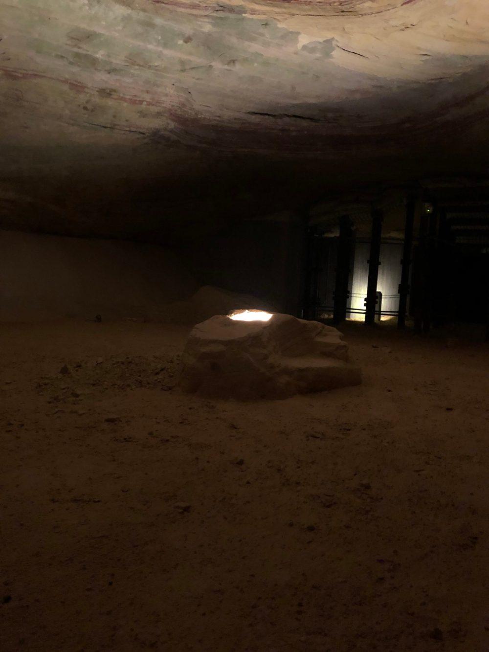 Angestrahlter Felsen im Thronsaal