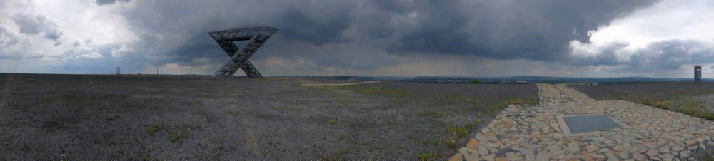 Panorama Blick auf die Aussichtsplattform der Bergehalde Duhamel mit Saarpolygon