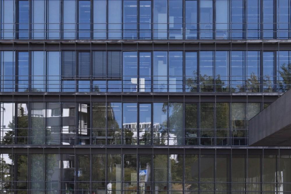 Spiegelung auf der Glaswand des Gebäudes
