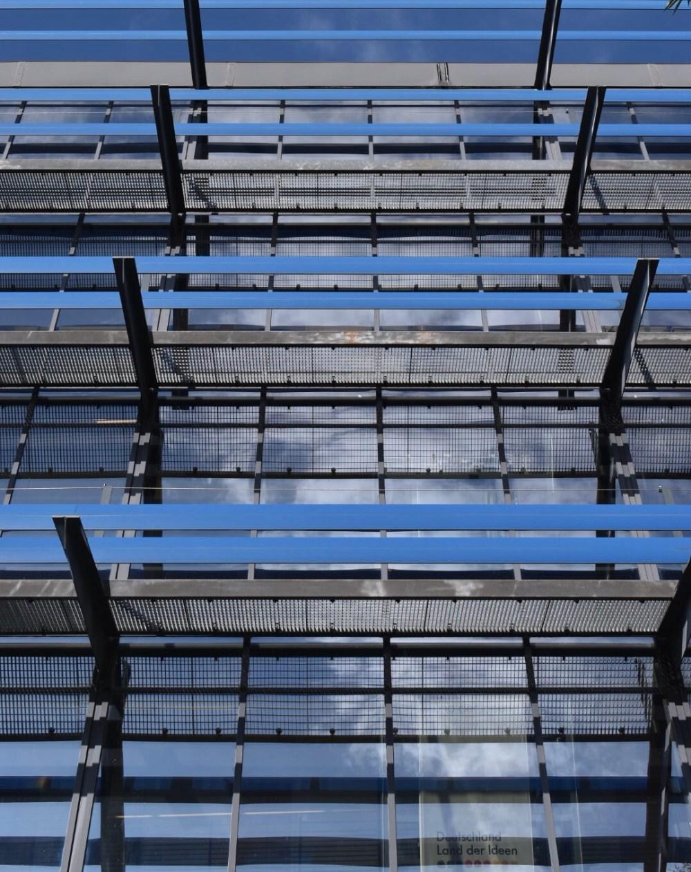 Glasfassade in der sich der Himmel spiegelt
