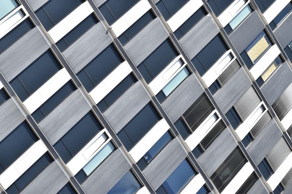 Fensterfassade aus schräger Sicht