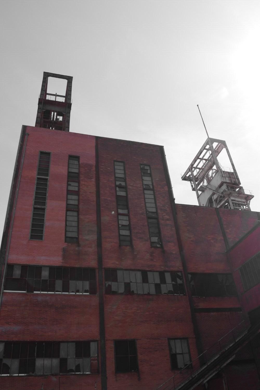 Rotes Bergwerkgebäude mit selektiver Farbe fotografiert