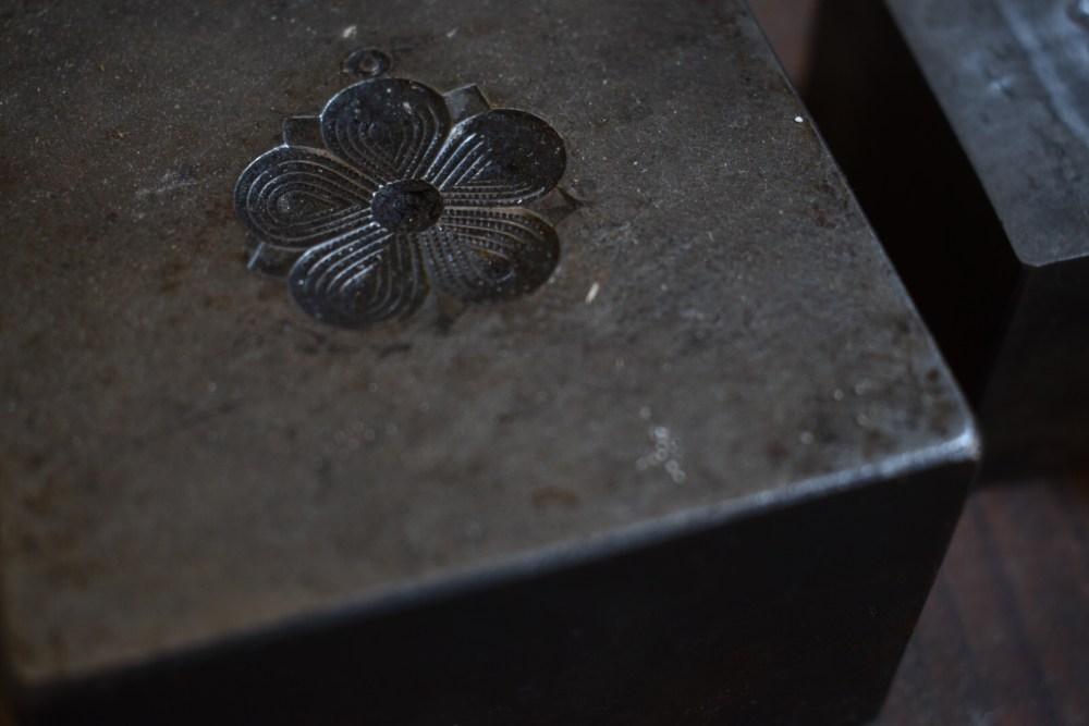 Blume auf einem Metallklotz