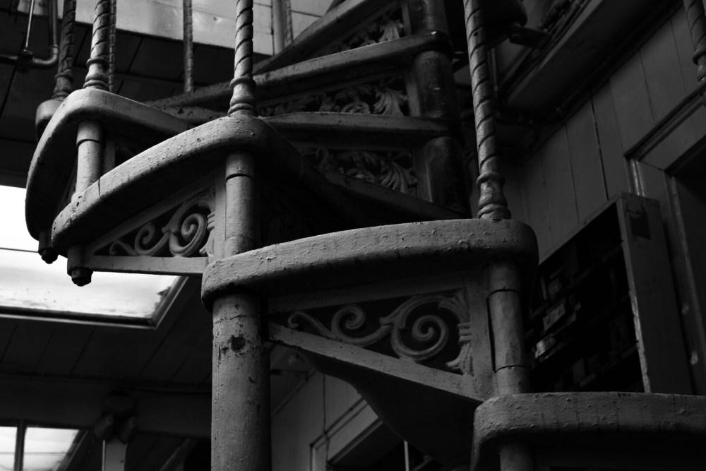 Alte kunstvolle Holztreppe in schwarz weiß fotografiert