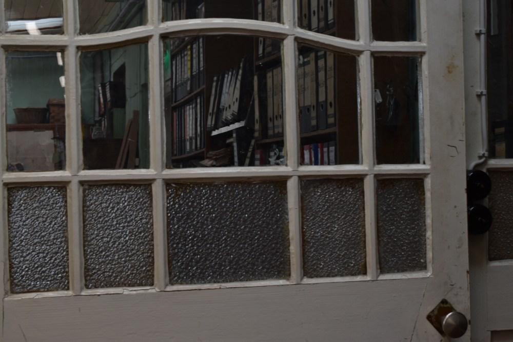 Blick durch die Tür ins Büro