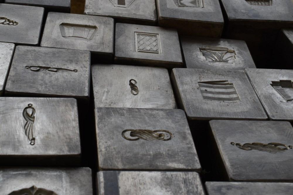 Viele Metallklötze mit verschiedenen Motiven