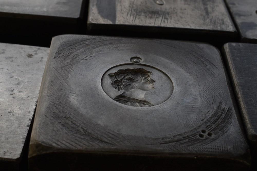 Frauenkopf auf einem Metallklotz