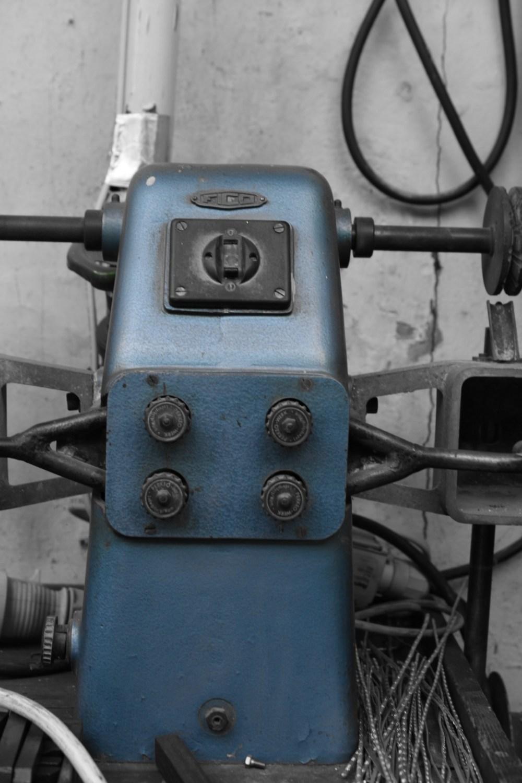 Blaue Maschine mit vier Rädern