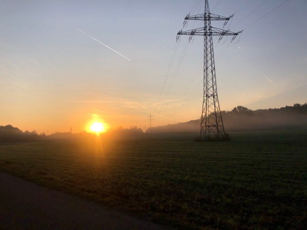 Aufgehende Sonne über dem Feld