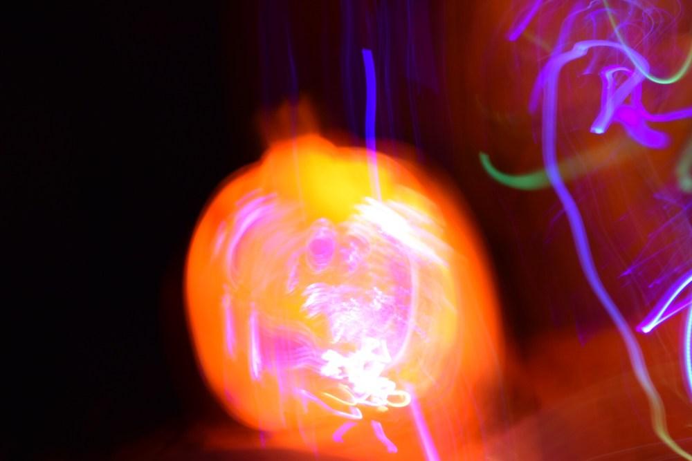 Verzerrte leuchtende Kürbislampe