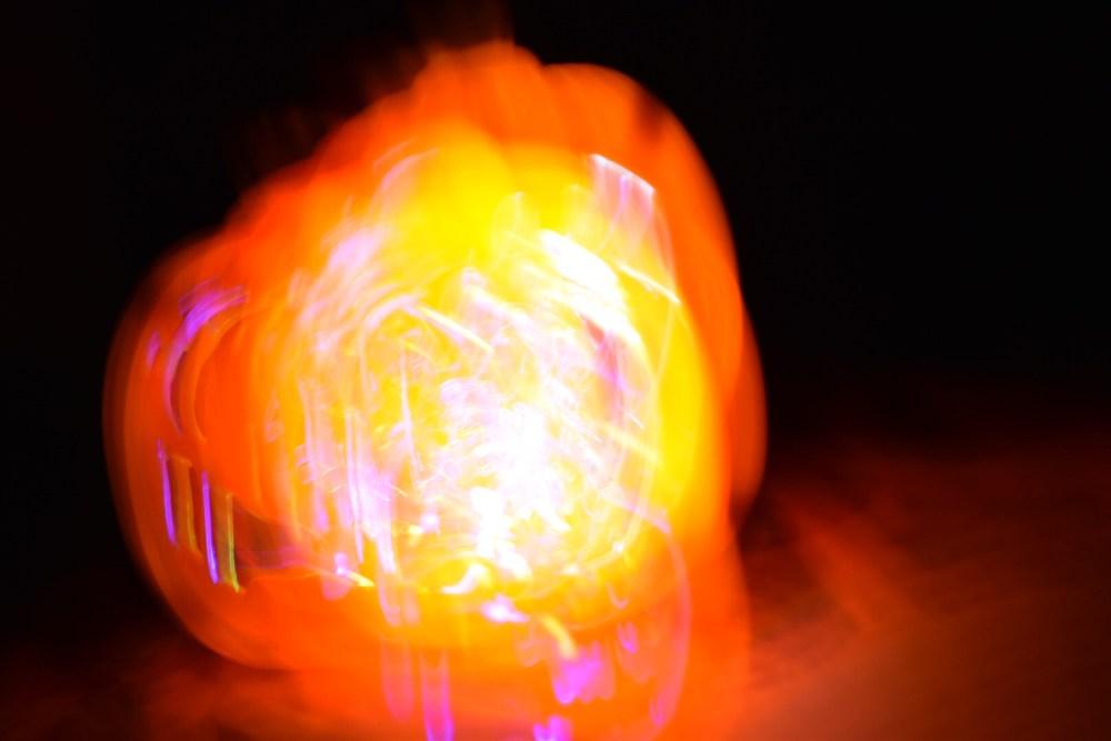 Verwackelte leuchtende Kürbislampe