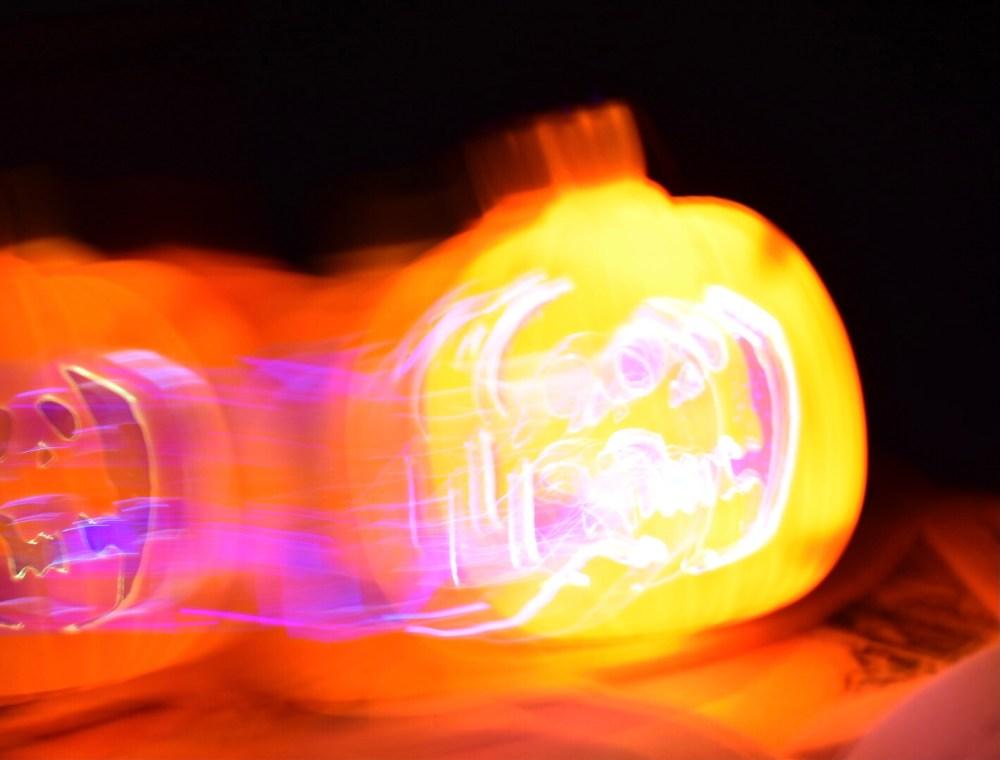 Verschwommener leuchtenderTotenkopf im Dunkeln