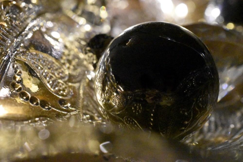 Weihnachtskugel in der sich eine Glasschale spiegelt