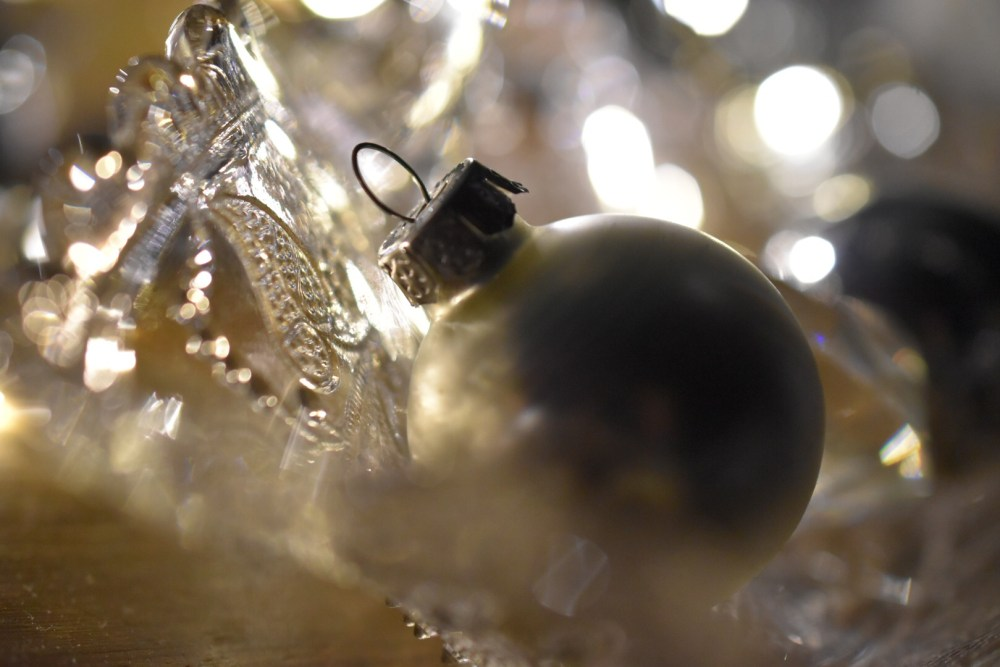 Weihnachtliches Stillleben mit weißer Weihnachtskugel