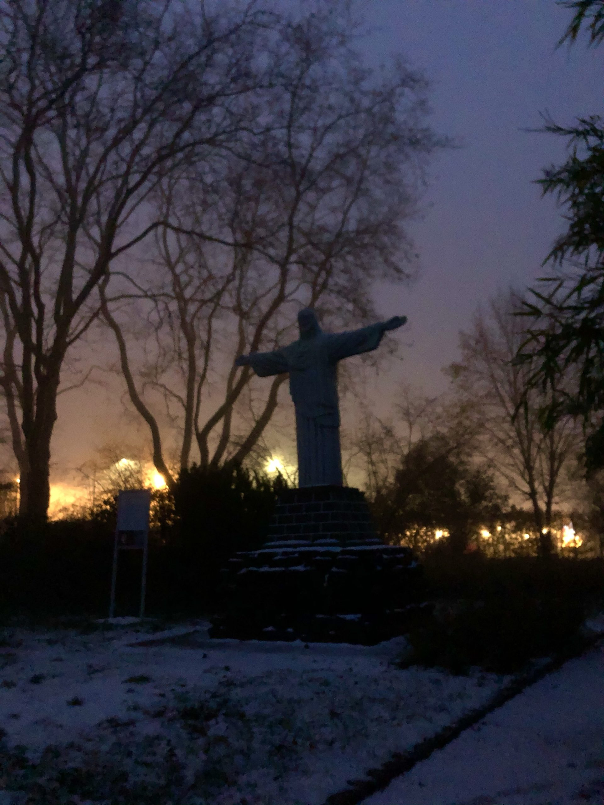 Christus Statue mit Licht im Hintergrund