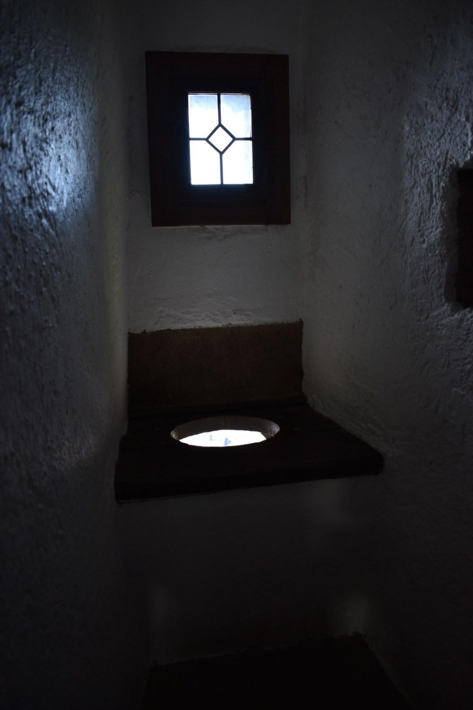 """Mittelalterliche Toilette mit """"freiem Fall"""""""