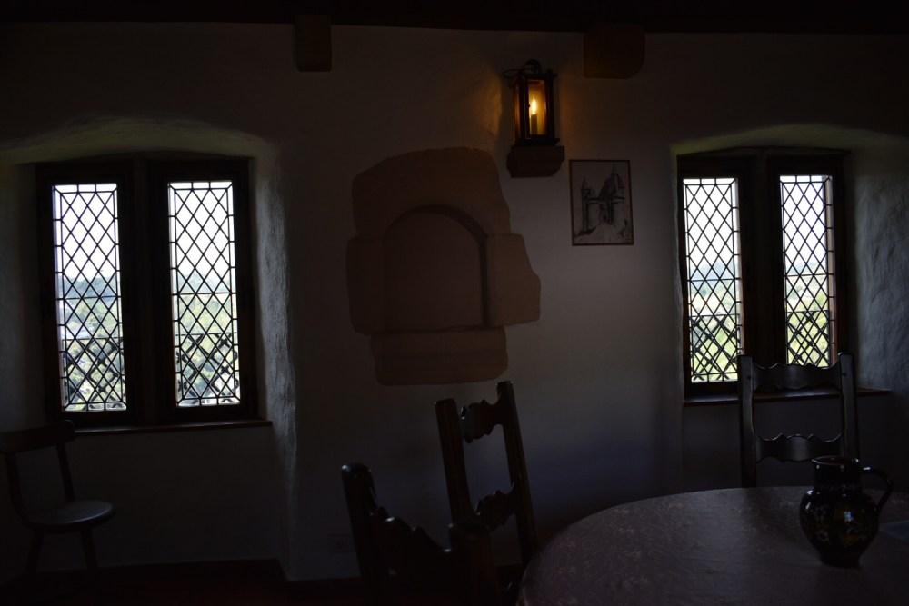 Raum mit rundem Tisch, Stühlen und Krug