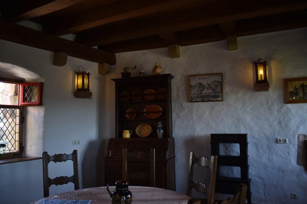 Mittelalterlich eingerichteter Raum im Schloss Oberstein