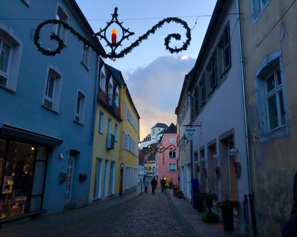 Schmale Straße mit farbenfrohen Häusern in der Altstadt Blieskastels