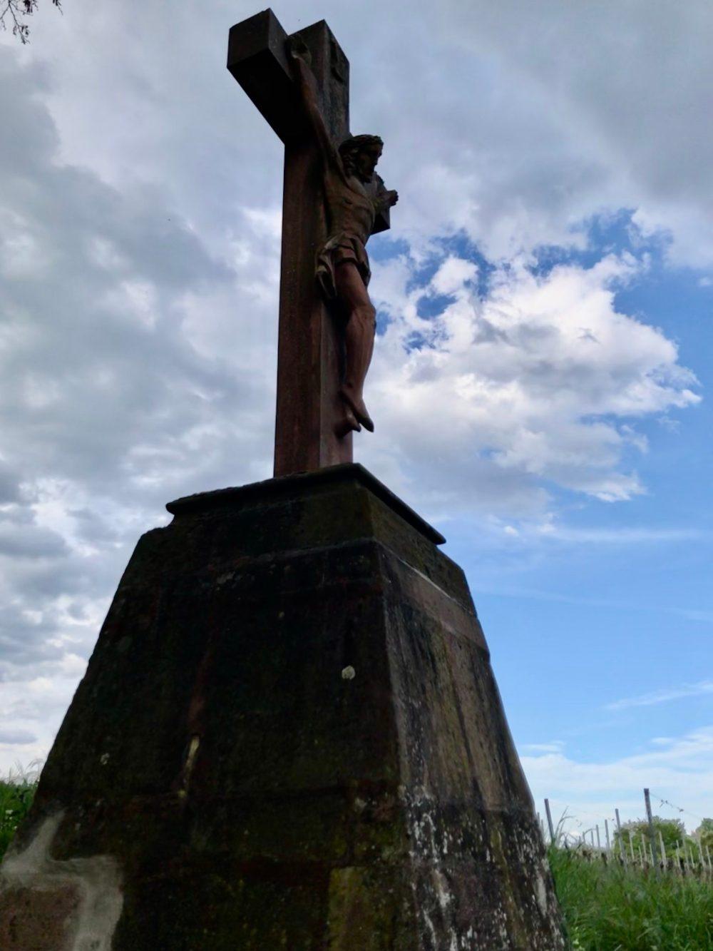 Jesus am Kreuz am Feld