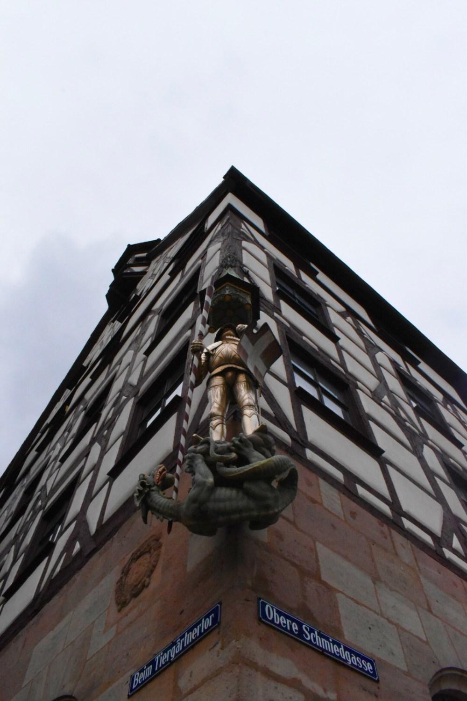 Ritterfigur des heiligen Georg am Pilatushaus vor der Burg