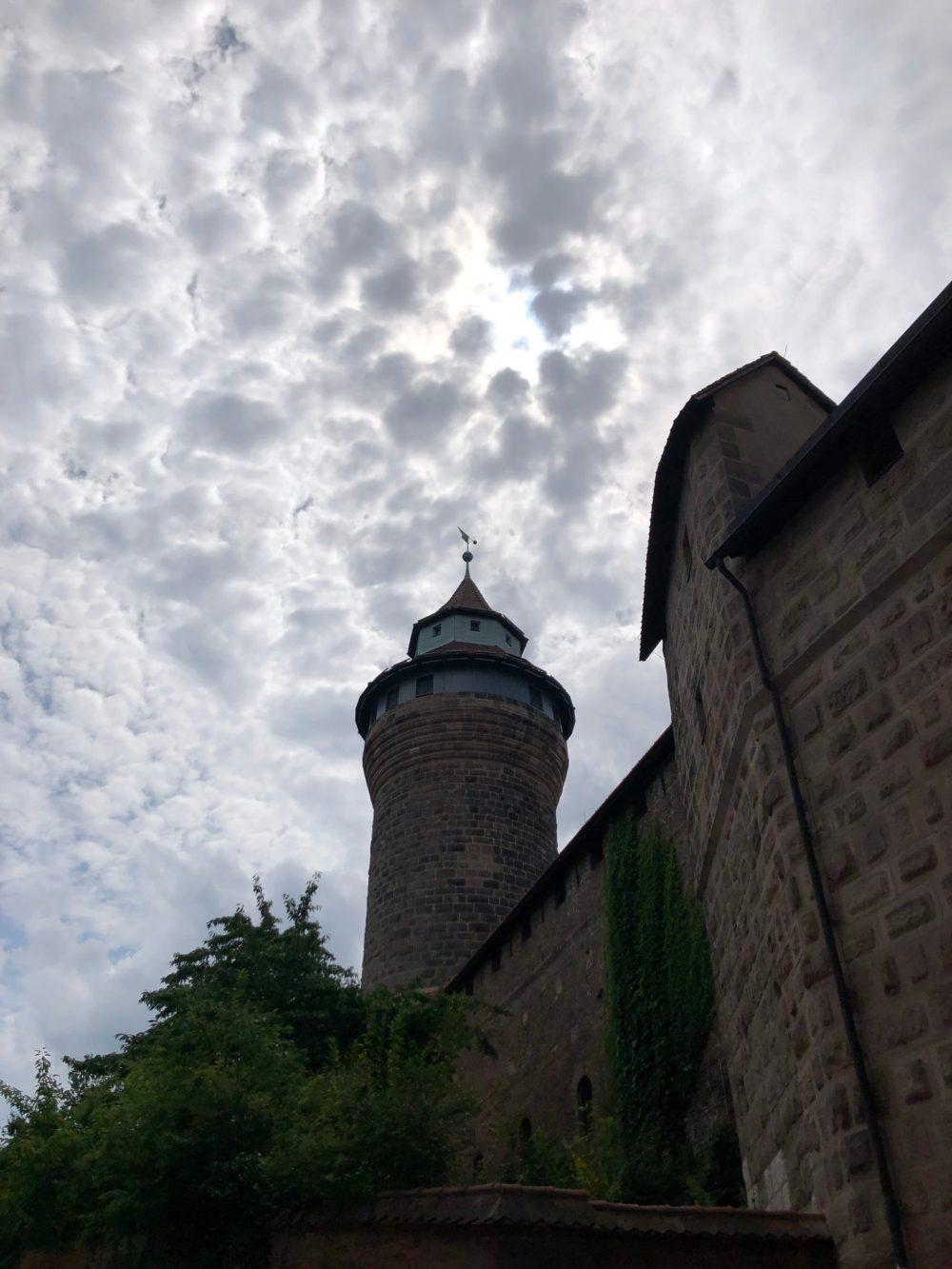 Burgturm unterm Wolkenmeer