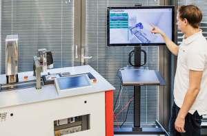»InsideOut« verknüpft Maschinensteuerungs-Daten mit dem CAD-Modell der Maschine. Der Nutzer erhält ein Live-Bild, mit dem er interagieren kann © Bild: Fraunhofer IPA |Rainer Bez