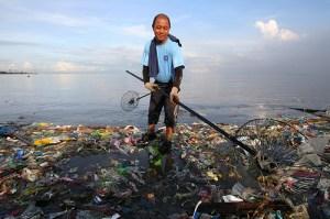 scooping-up-ocean-debris-fl-webzer