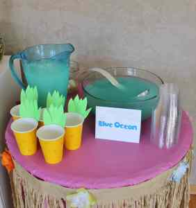 """""""Blue ocean"""" punch and pineapple cups"""