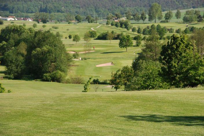 Sommerlicher Blick über das Fairway der ersten Spielbahn im Golfclub Praforst