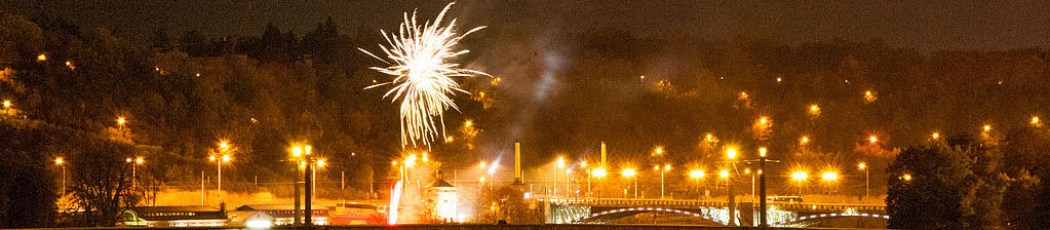 Feuerwerk in Prag über dem Vlata Fluss