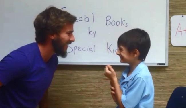 professor estimula alunos elogios aula desenvolvimento crianças